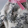 Culotte BIANCA en coton beige imprimé toile de Jouy noire - noeud de velours rose buvard (1)