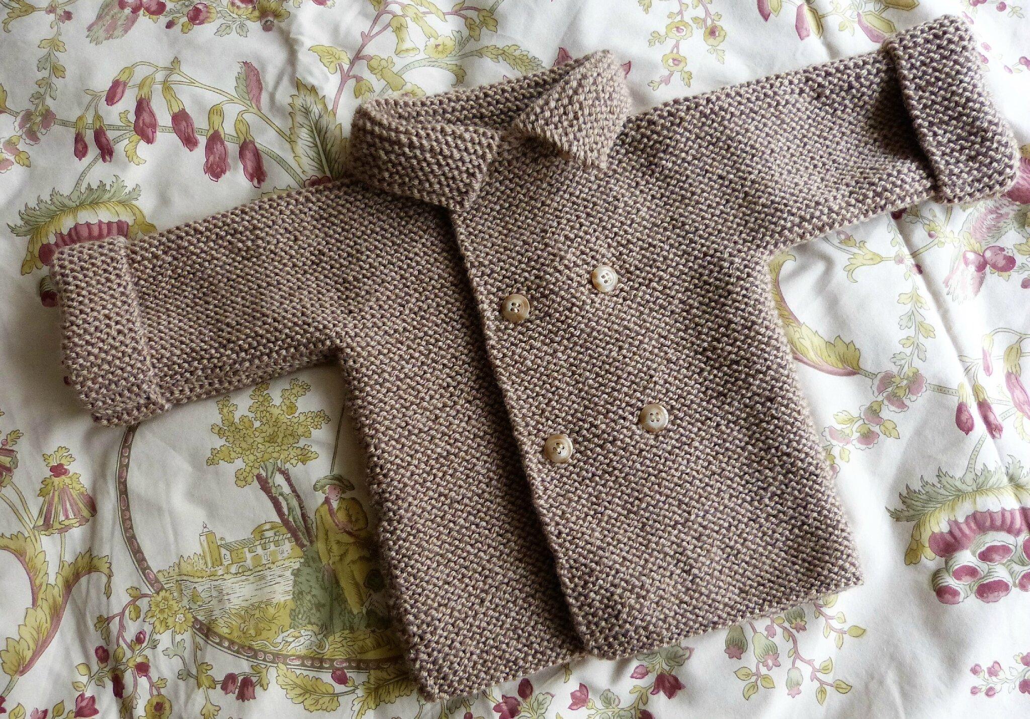 89cd3cff1e61 Un manteau croisé pour les premières sorties de bébé, tout au point mousse.  Il est destiné à un petit garçon qui vient de naître .