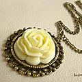 Pendentif rond style vintage rose ecru métal couleur bronze