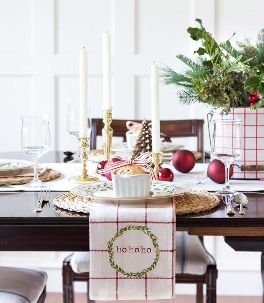simple-classic-christmas-tablescape-dining-room-table