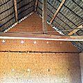 Amboanjobe, mai 2014 - Les murs de l'école sont montés et protégés par un toit de chaume