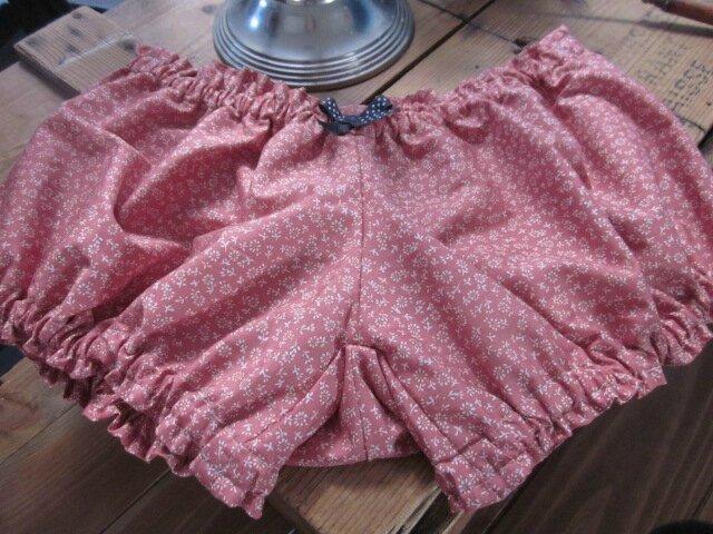 Culotte en coton rose à petite fleurs blanches et noeud gris à pois (5)