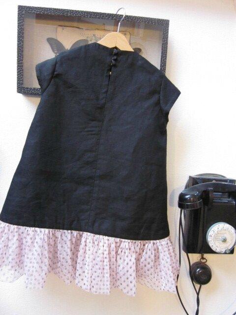 Robe trapèze THERESE en lin noir et ruché de tulle souple rose à pois bruns - Manches très courtes - Fermée par 3 petits boutons recouverts dans le dos (1)