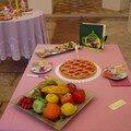 plateau de fruits , tarte et théière