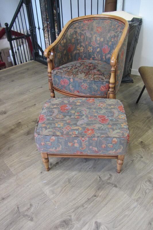 fauteuil tonneau et footstool