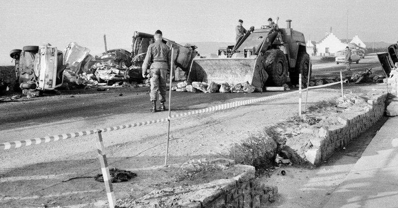 Ch38 - Non au nucléaire au Loch Plogoff - Déblayage des restes de la barricade du Loch 1