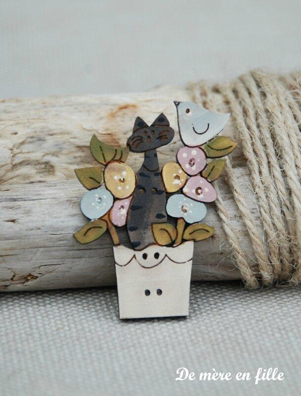 chat gris dans pot de fleurs