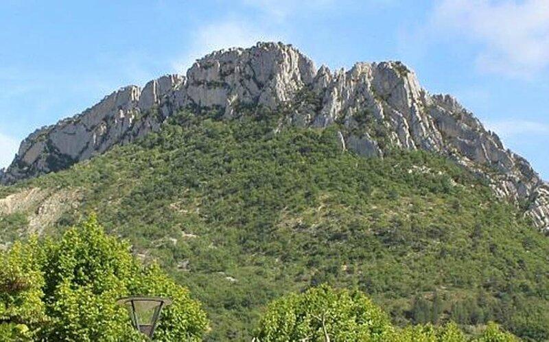 le-rocher-de-saint-julien-est-la-grande-lame-de-calcairedominant-buis-les-baronnies-la-municipalite-a-decide-d-y-construire-une-grandevia-ferrata-qui-sera-accessible-au-mois-d