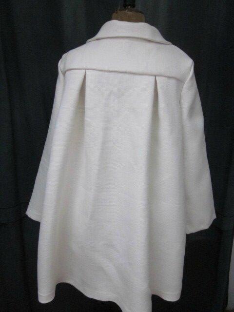 Manteau AGLAE en lin épais blanc cassé fermé par 3 pattes de boutonnage ornées de 2 boutons de nacre chacune (9)