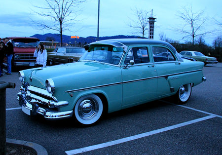 Ford_sedan_customline_1954__Rencard_du_Burger_King__05