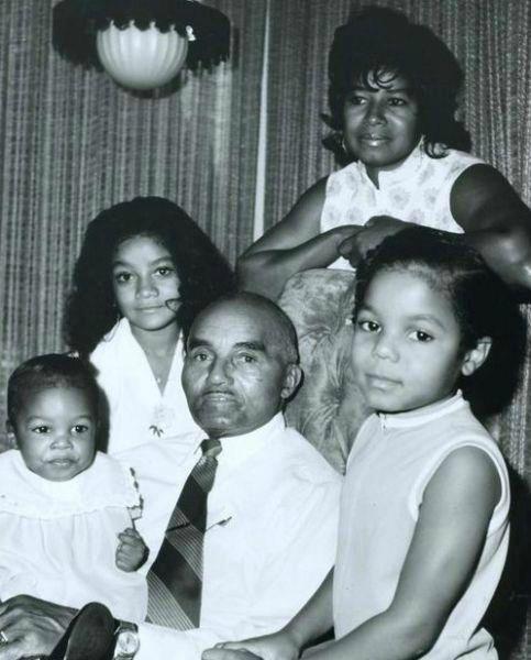 the jackson girls with grandpa samuel jackson (joe jacksons dad) that little baby he's holding is rebbie's daughter