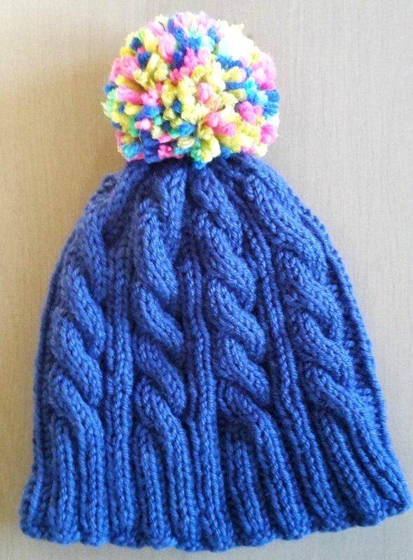 bonnet torsades bleu et pompom