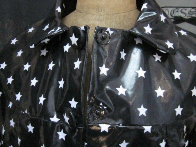 Ciré AGLAE en coton enduit noir à étoiles blanches fermé par 2 pression dissimulés sous 2 boutons recouverts (2)