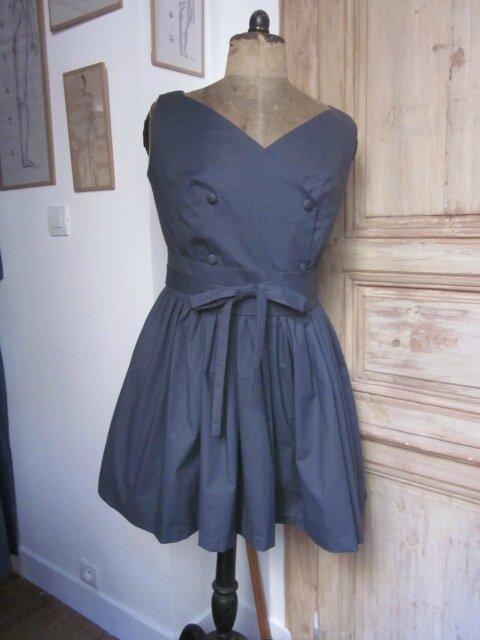 Robe JUDITH en popeline de coton gris - portée AVEC ceinture (1)