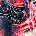 bouquet mariage cabaret chic baroque corset dentelle rouge noir plumes cereza deco (13)