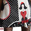 Robe maille Rétro Noire écru et Rouge à patch Pois, fleurs et silhouette stylisée Femme Mode à dentelle