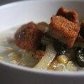 Soupe de maïs, poireaux et ortie Crouton de pain d'épice