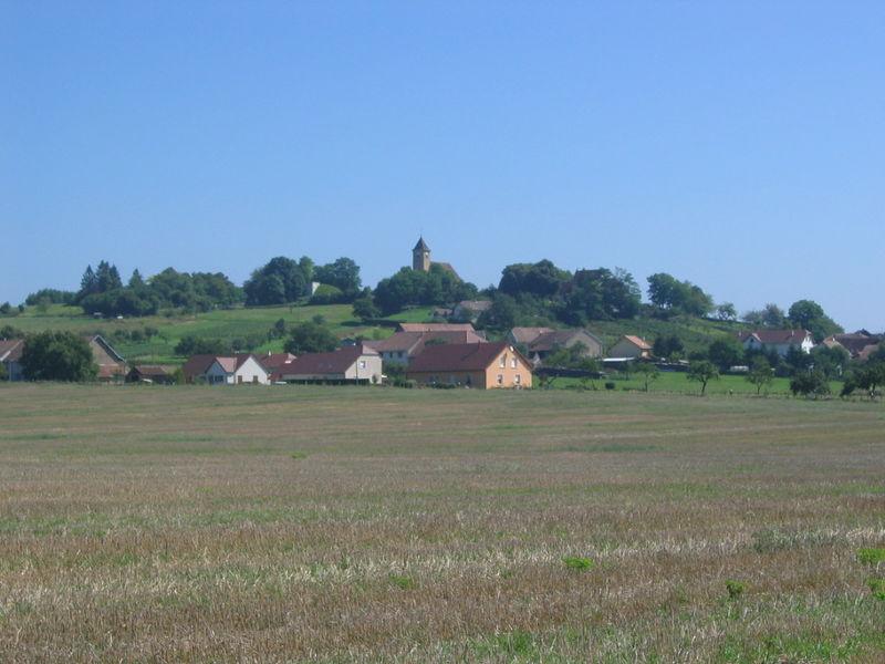 Vue sur le village de Brainans et l'église 018