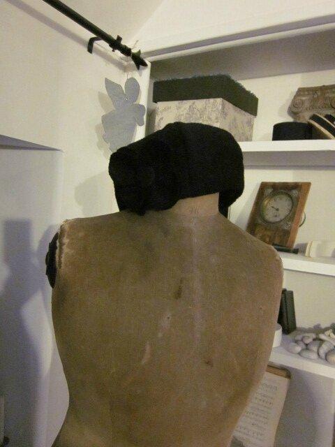 Chapeau AGATHE en laine bouillie noire doublé de coton noir à pois tete d'épingle blancs (4)