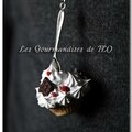 Collier cupcake chantilly chocolat et fruits rouges