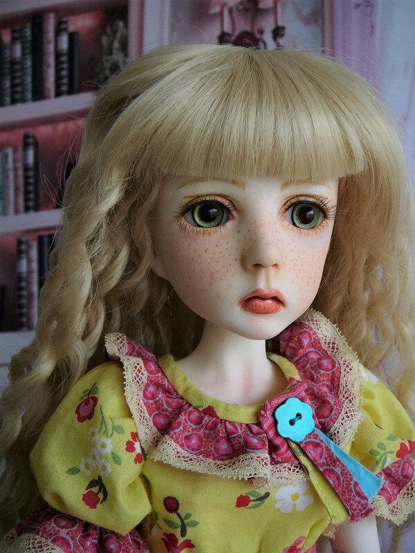 19 Mina en robe multicolore