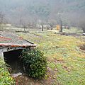 cabane dans la vallée brumeuse