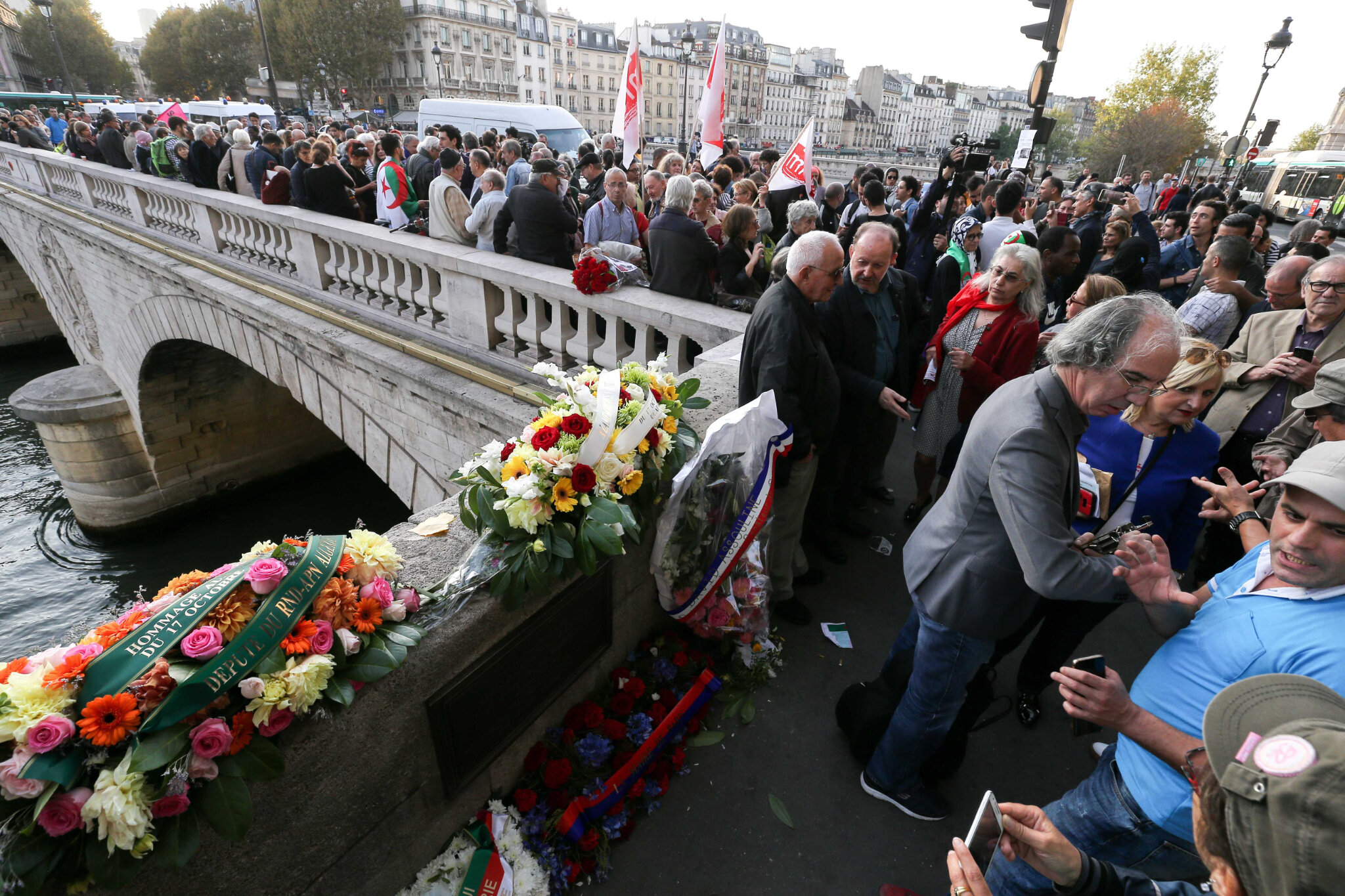Sur le Pont Saint-Michel, on se souvient du 17 octobre 1961. © Michel Stoupak. Mer 17.10.2018.