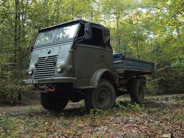 Vintage_military_truck_in_France