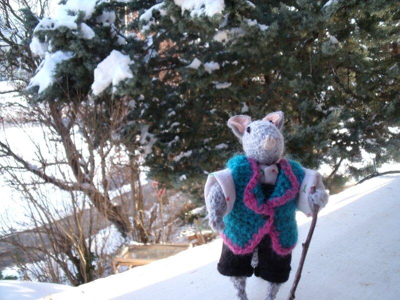 souriceau en promenade dans la neige
