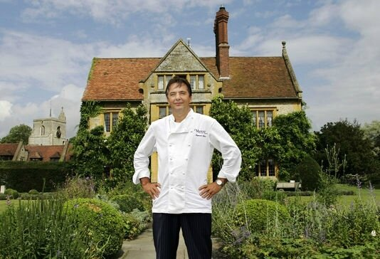 raymond-blanc-devant-son-etablissement- GREAT MILTON