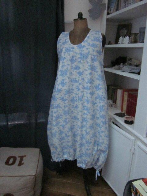 Robe HENRIETTE en coton écru imprimé toile de Jouy bleu (2)