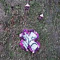 2981 : Croix en tissu et bordure en laine pompon