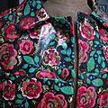 Ciré AGLAE en coton enduit noir fleuri rouge et vert fermé par 2 pressions dissimulés sous 2 boutons recouverts (5)