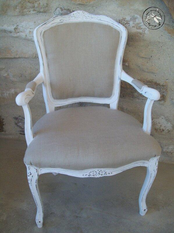 Fauteuil shabby patine blanc poudré recouvert de lin