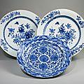 Paires de plats ronds en porcelaine bleu et blanc, epoque kangxi & epoque qianlong