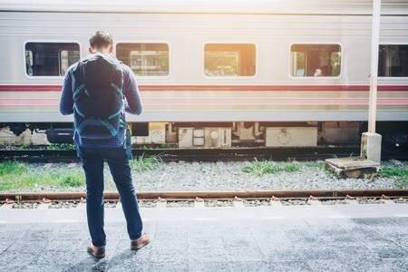 85502631-voyageur-touristique-attend-pour-voyager-à-la-gare