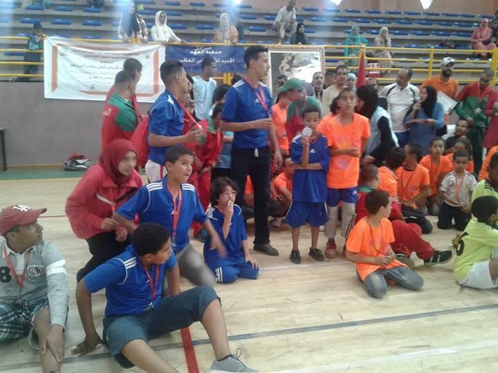 les jeunes sportifs d'Ourika Tadamoune en maillots bleu et rouge et vert