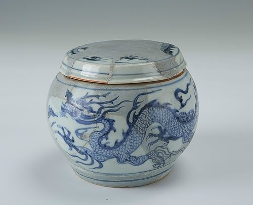 Blue-and-white chess jar with five-claw dragon design, Yuan Dynasty (1271-1368)