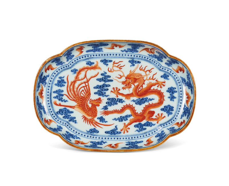2020_HGK_18243_0336_000(an_iron-red_and_underglaze-blue_decorated_dragon_and_phoenix_quatrefoi125946)
