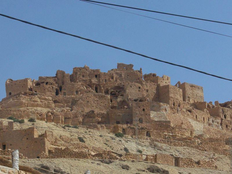 maisons troglodytes dans la montagne a Médénine