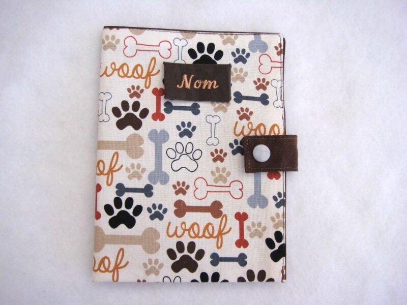 Protège carnet chiens empreintes os marron gris face