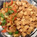 Tofu à la sauce soja caramélisée, gingembre et sésame
