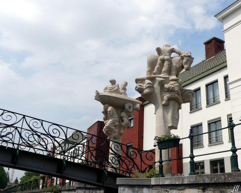 P1160706 sculptures du pont des plaisirs impériaux le long du quai Saint Antoine (Sint Antoniuskaai)