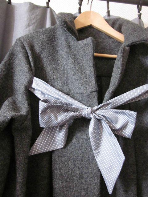 Manteau en laine bouillie grise chinée noué d'un lien de coton gris à petits pois blanc (4)