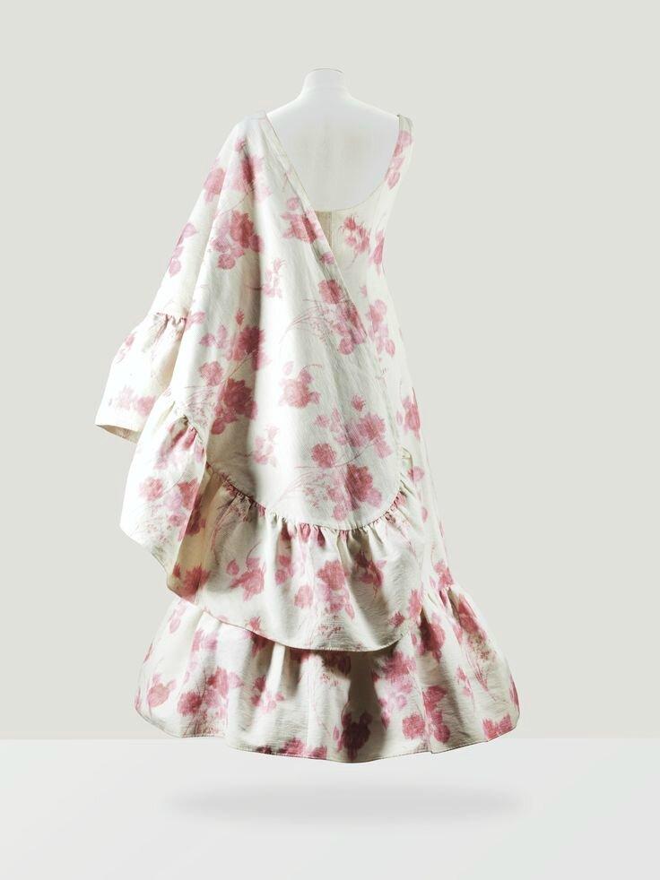 6c6e6621f52f Balenciaga Haute Couture, 1963. Robe du soir et étole en ottoman de coton  blanc imprimé de fleurs roses de la Maison Lajoinie. Estimation 3,000 —  5,000 €.